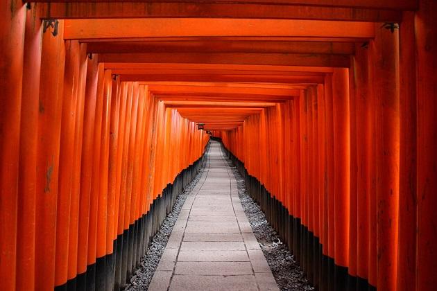 外国人観光客あこがれのパワースポット「伏見稲荷大社」。幻想的な千本鳥居で有名。