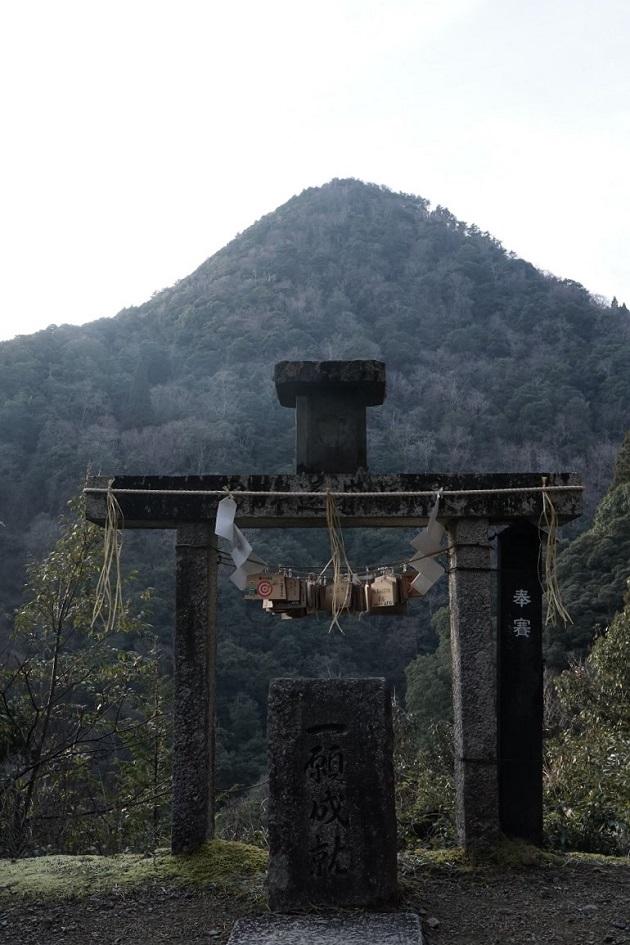 日室ケ嶽と向き合う一願成就の遥拝所。最強のパワースポットだ。