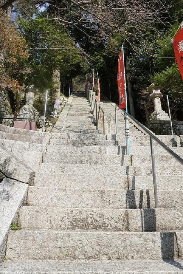急な階段が多い竹生島。ただ景観にも優れ、素晴らしい眺望に苦労も報われる。