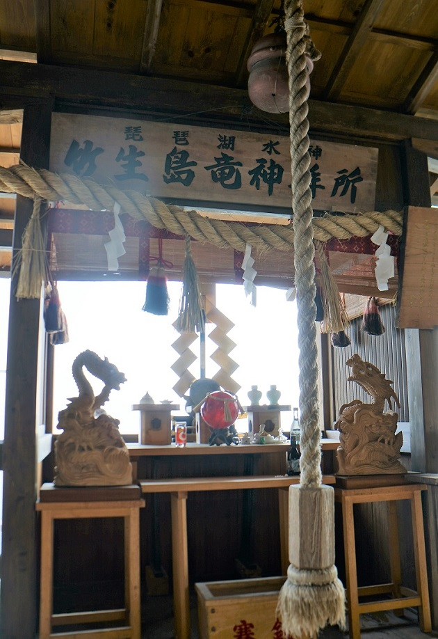 竹生島最強のパワースポットのひとつ竜神拝所。写真に写りこむのは水をつかさどる龍神か。いずれにしてもただならぬ気配が漂う