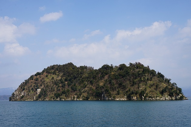 琵琶湖の沖合に浮かぶ竹生島。