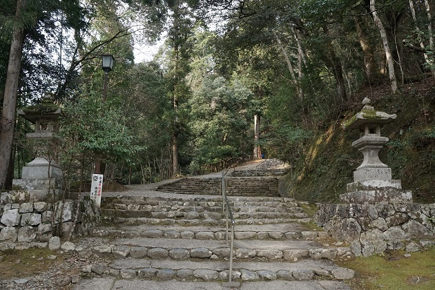 山中にある神社だけに履物は靴がおすすめ。
