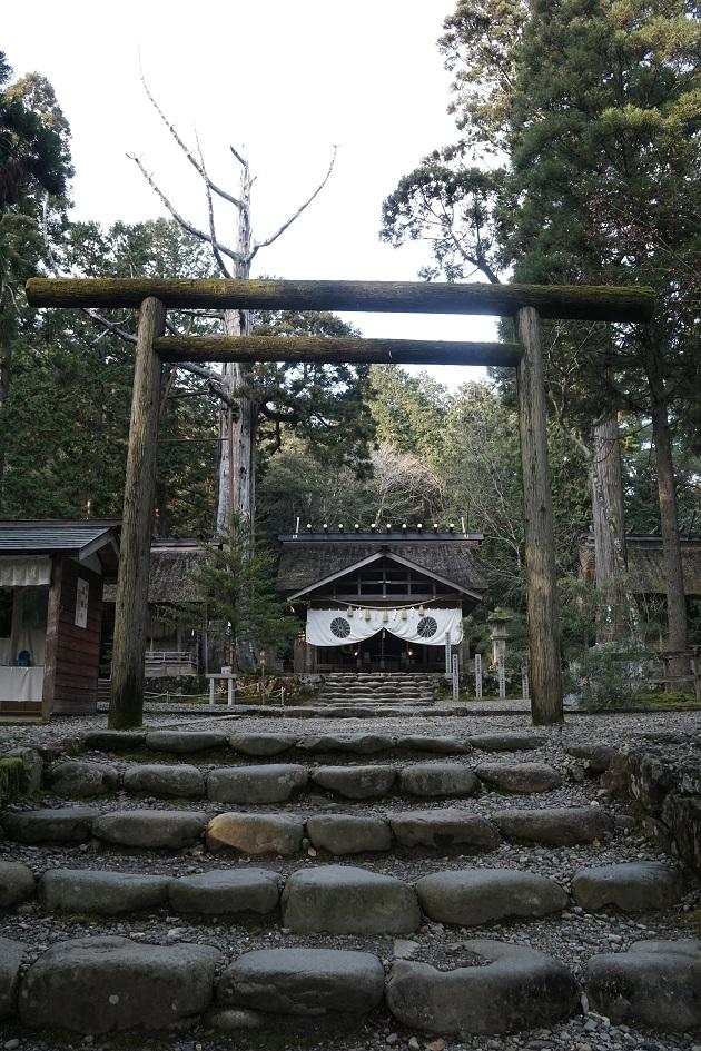 皇大神社の本殿と黒木の鳥居。