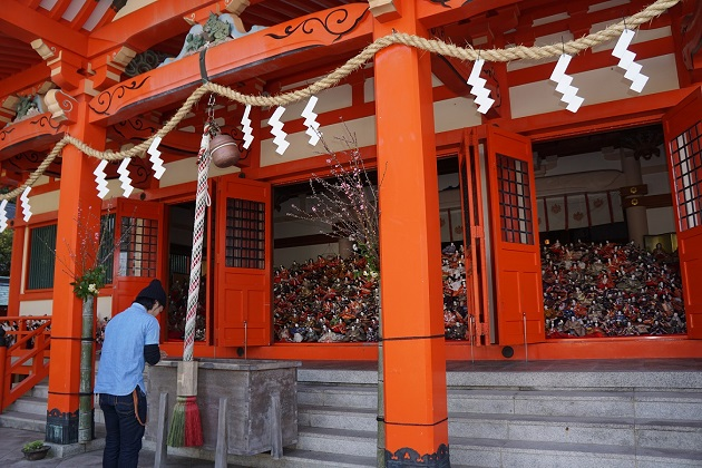 所狭しと並ぶひな人形に驚く参拝者も多い淡嶋神社の本殿。