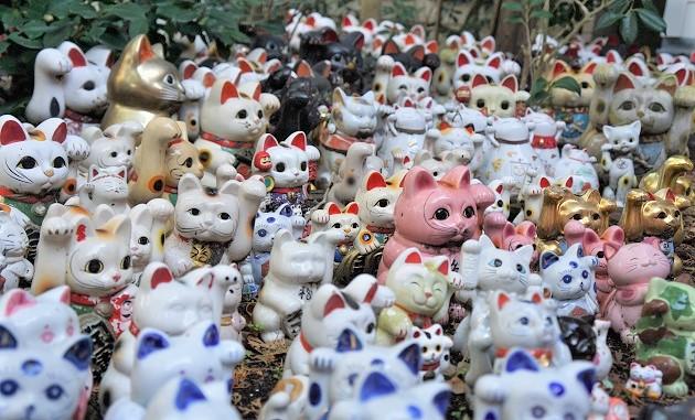 淡嶋神社の境内には縁起物がずらりと並ぶ。