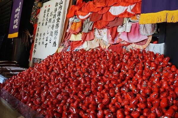 竹生島には「弁天様の幸せ願いダルマ」や「竜神拝所かわらけ投げ」など楽しい願かけがいっぱい