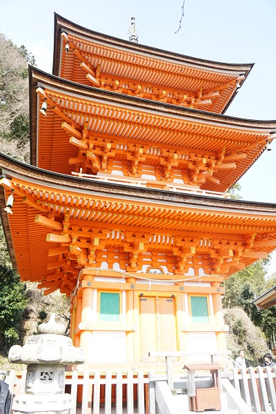 竹生島宝厳寺三重塔。日の光を受けて輝く。琵琶湖の湖面からもみても目立つ存在。