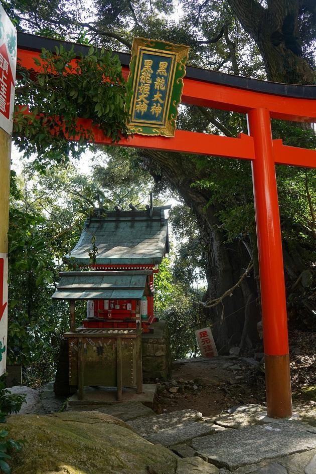 不用意なことはいえないモノの、こちらもただならぬ気配を放つほこら。竹生島はやはり普通の場所ではない。