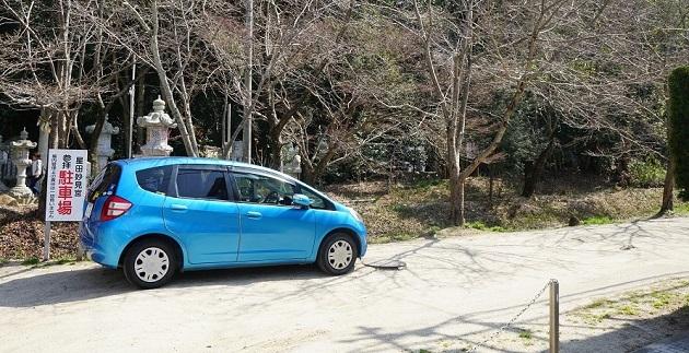 星田妙見宮の表参道川の駐車場。川沿いに縦長の駐車スペースが広がっている。