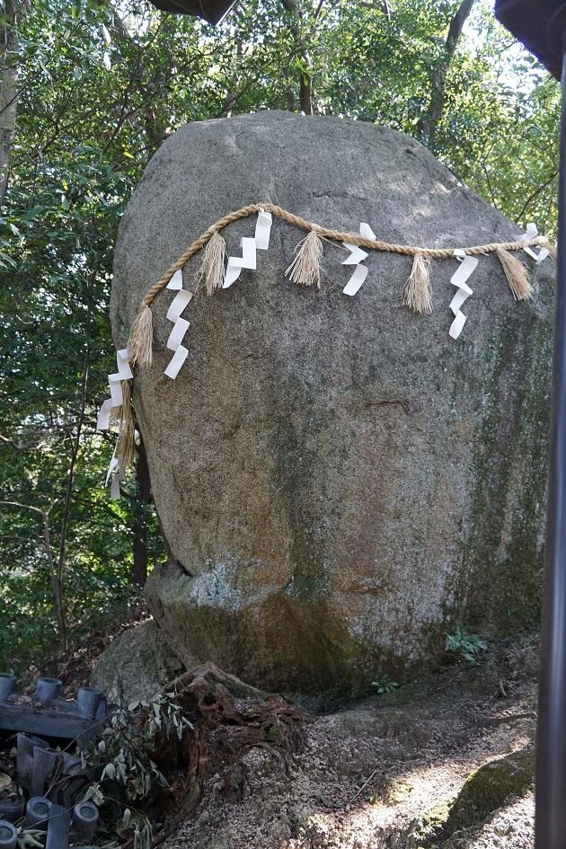御神体の磐座(いわざ)。強烈な存在感だ。織女石と呼ばれ、七夕伝説発祥の有力なてがかりを残す