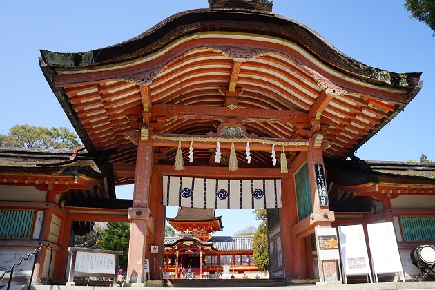 武神としての信仰も根強い石清水八幡宮。門の奥に鎮座するのが本殿となる。