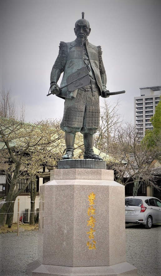 豊臣秀吉公の像。オーラを放つ豊国神社のシンボル的存在だ。ストレートな御朱印も豊国神社の特徴で、おみくじもかわいい。