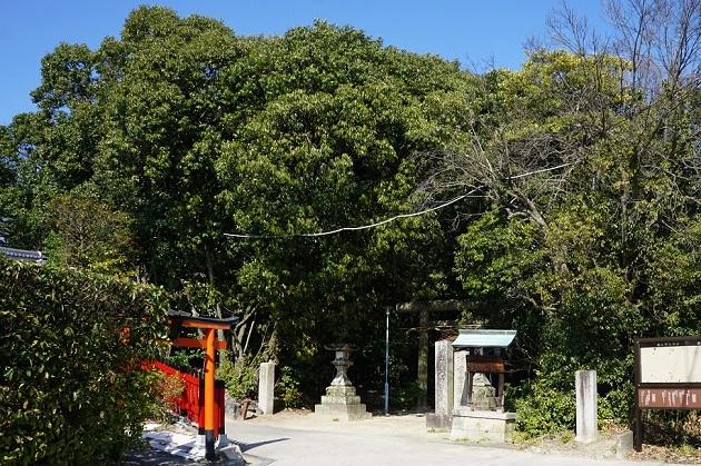 交野天神社へのアクセスは最寄駅から歩いて2kmほど。専用駐車場もある。