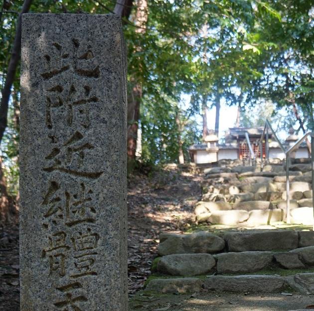 継体天皇が即位したと伝わるポイントに続く階段。天体観測所があったという説もある。