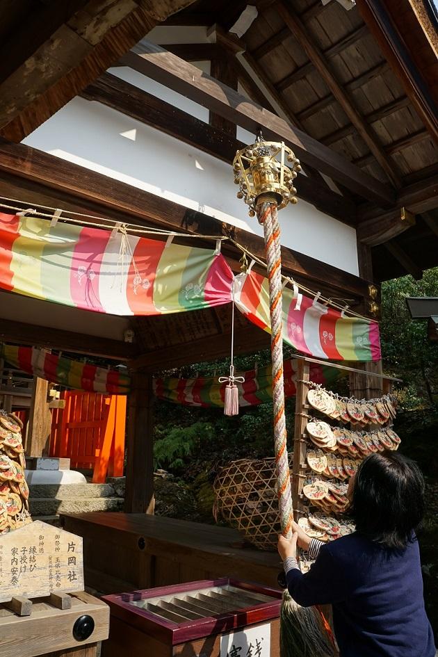 上賀茂神社の縁結びのパワースポット。非常に重要な末社で、参拝者の人気も高い。