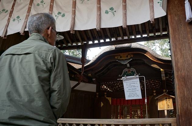 大勢の参拝者が祈りを捧げる拝殿。この日も長蛇の列ができていたが、駐車場にはゆとりがあった。