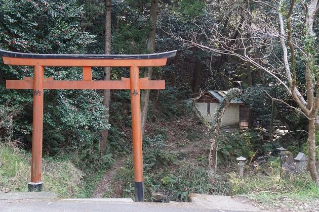 磐船神社のほど近くにある鳥居の先に白竜の滝がある。磐船の滝とも呼ばれている。