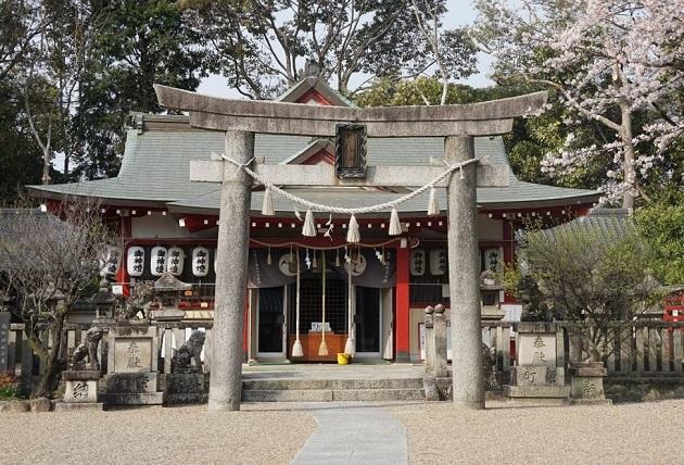 交野という不思議な地にあり、ミステリアスな伝説を残す機織神社。地上に描かれる星座の「織姫星」に当たる地点に鎮座している。