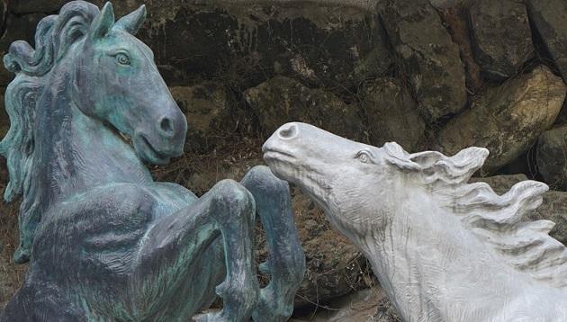 貴船神社の絵馬発祥の痕跡を残すべく配された馬の像。