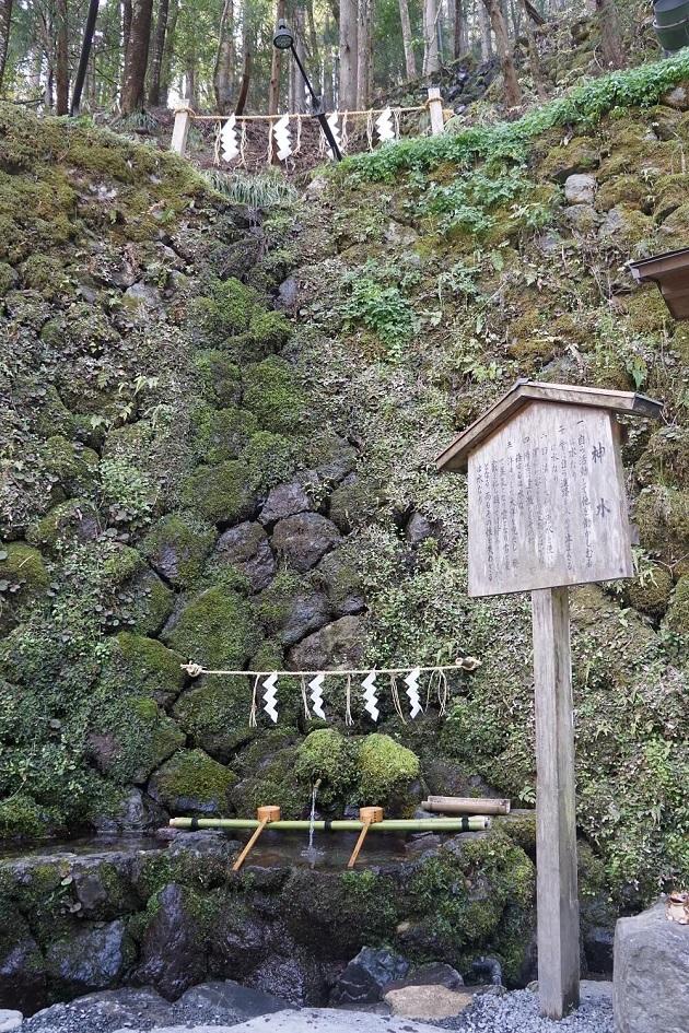 貴船神社の御神水には不思議な力が宿るとみられる。持ち帰ることも可能だ。