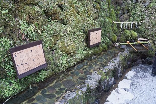 水占みくじに挑戦できる水場。吉凶に一喜一憂するより姿勢をただすための判断材料に。