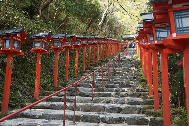 京の奥座敷としての風情漂う貴船神社。アクセスは公共機関がおすすめ。夜間はライトアップが美しい。