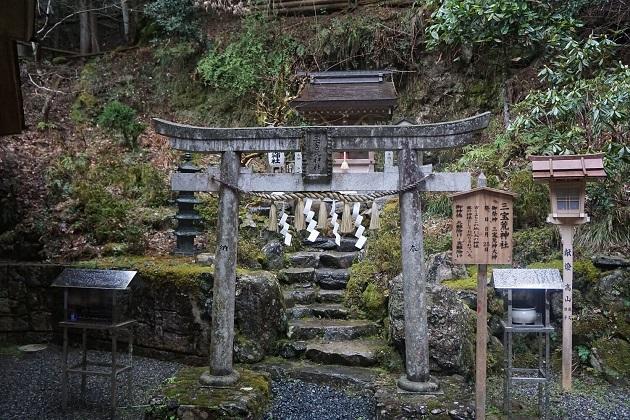 末社の三宝荒神神社。ただならぬ雰囲気が漂う。