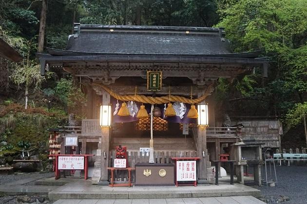 鞍馬寺を参拝する際には是非とも足を運びたい由岐神社。大杉や狛犬などが見どころ。