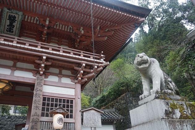 鞍馬寺では狛犬に代わって寅がにらみをきかせる。毘沙門天の使いで「阿吽」と呼ばれる聖獣。