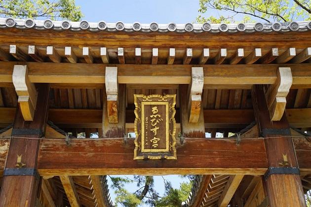 明るく神々しい本殿。七五三参りにくる姿も。初詣は非常に大勢の参拝者でにぎわう。