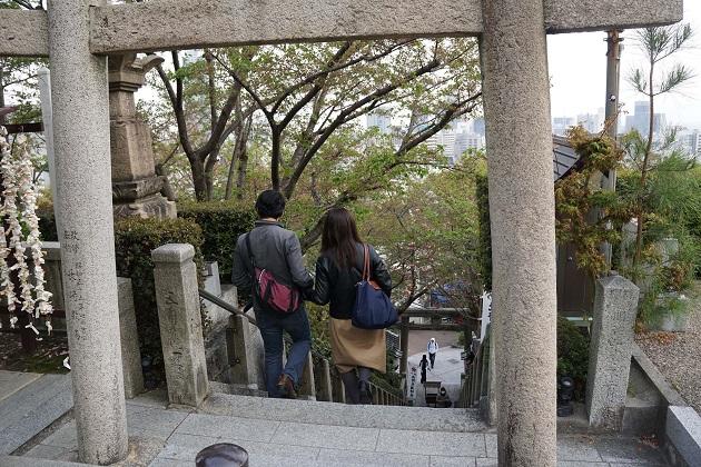 急な階段を登った先に待つのは北野天満神社の神聖な境内と絶景。頑張れると報われる。