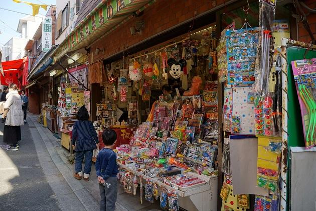 石切神社の石切参道商店街には懐かしいおもちゃ屋さんの姿も。お出かけスポットとしても一日楽しめる。