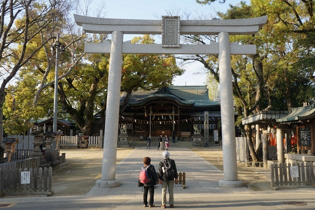 石切神社ではお百度参りに挑む姿が夕暮れ時までみられる。
