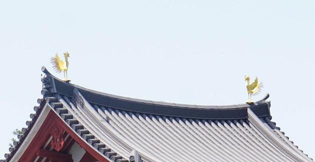鳳凰堂の屋根両端で羽を広げる鳳凰。一万円札のモデルにもなった。