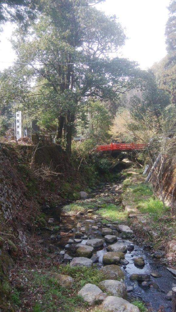 自然豊かな磐船神社。岩窟めぐりの中には川や滝などもある。穴場だけに駐車スペースもある程度確保できそう。