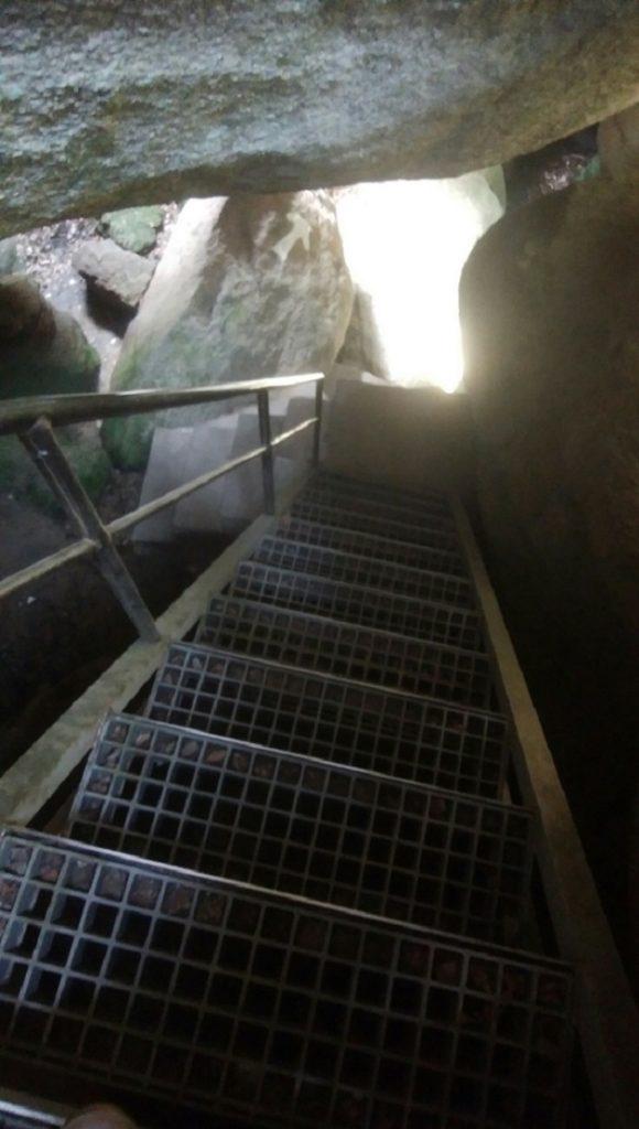 自然の中に息づく神秘に触れられる磐船神社の岩窟巡り。危険を伴うが、感動を覚える一こまに出会える。