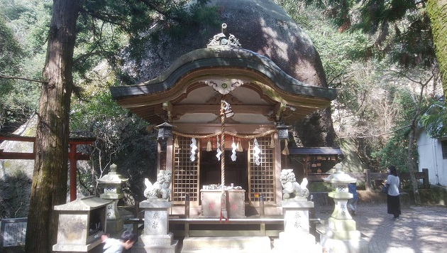 圧倒的な巨石の前に備えられた拝殿。畏怖の念がこみあげてくる。諸願成就のご利益が頂ける。