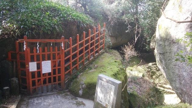岩窟めぐりの入口は朱色の柵の先。ここから参拝の冒険がはじまる