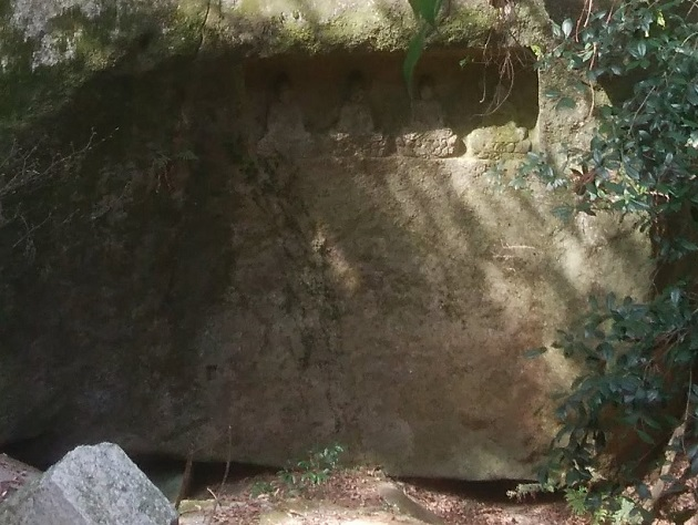 天の川に面した大岩に彫られた四石仏。住吉大神とされる。