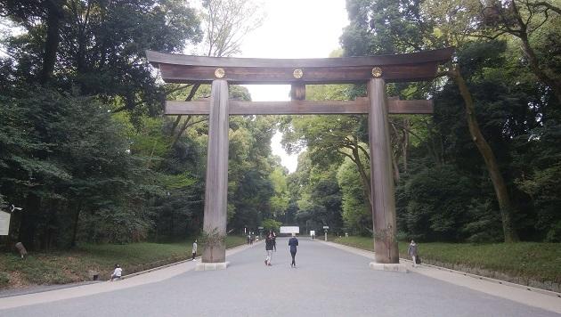 日本最大の明神鳥居。皇室の権威を示すかのように雄大な姿だ。