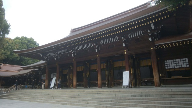 厳かな空気に包まれる明治神宮の本殿。家内安全、厄払い、商売繁盛などのご利益が授かれる。明治天皇への崇敬の念をかたどる。