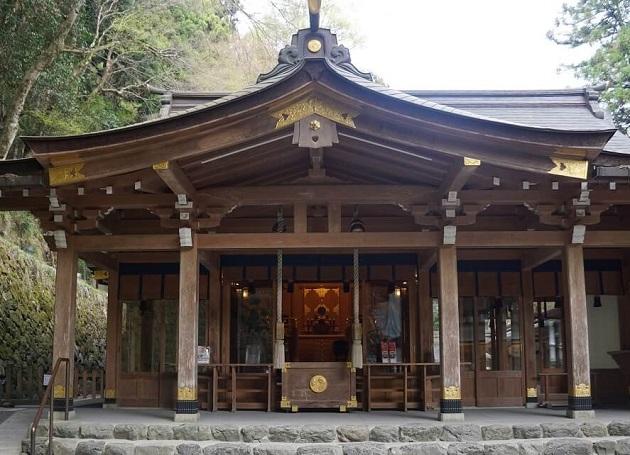 貴船神社でもまず本殿をお参りするのが大切。神仏へのご挨拶はパワースポット巡りの基本だ
