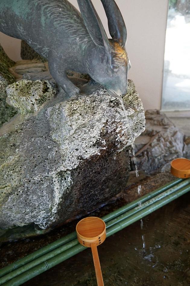 兎の像が鎮座する宇治神社の手水舎