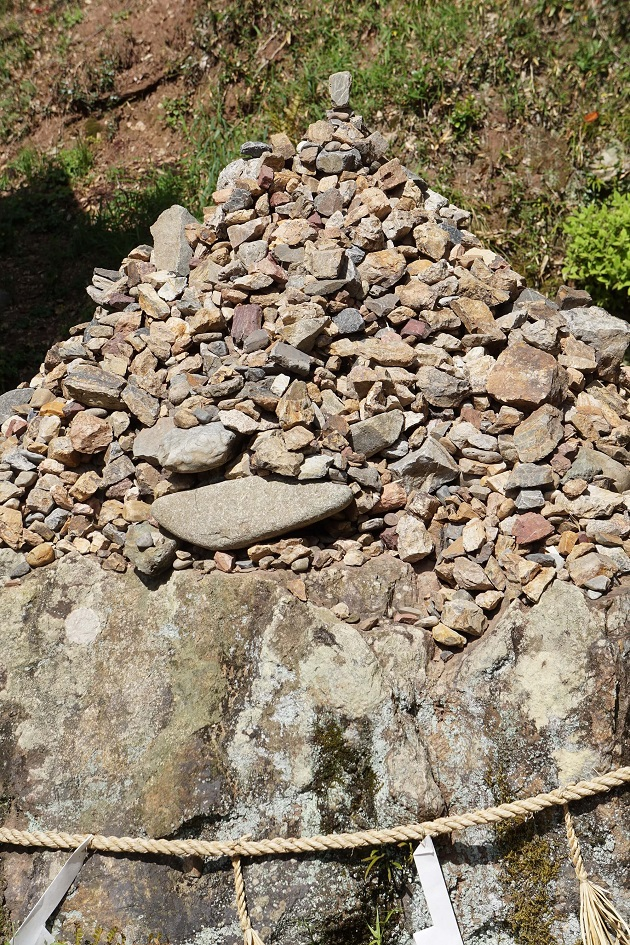 参拝者が積み上げた積み石。公式の作法ではないが、石の一つひとつに願いが詰まっている。