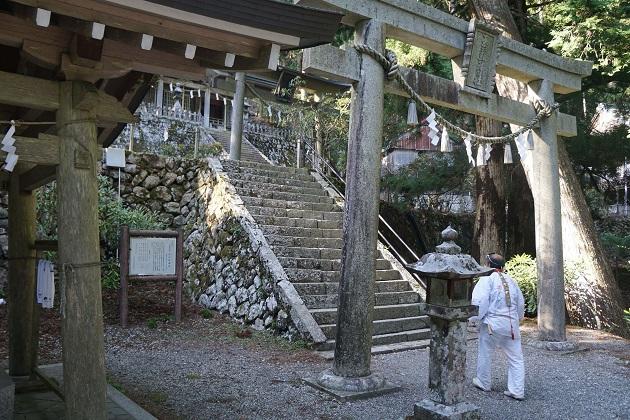 玉置神社を目指す修験者の姿。この行者は本殿より先に玉石社を参拝することになる。紛れもなく奈良最強のパワースポットのひとつだ。
