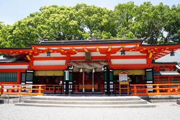 鳥居の朱が目に焼き付く熊野速玉大社の美しい拝殿。