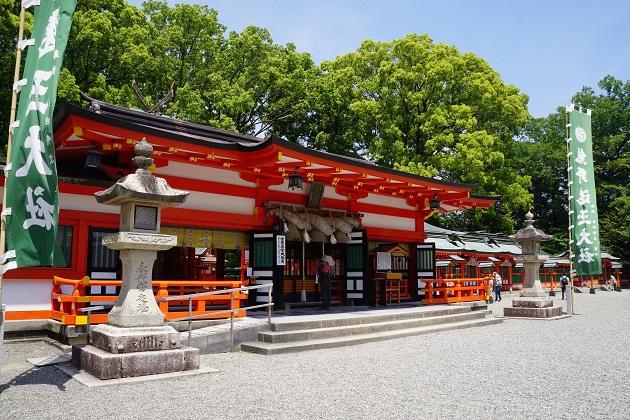 熊野速玉大社は夫婦の神が祭られている。明るく親しみやすい雰囲気だが、末社の影響もあるとみられる。