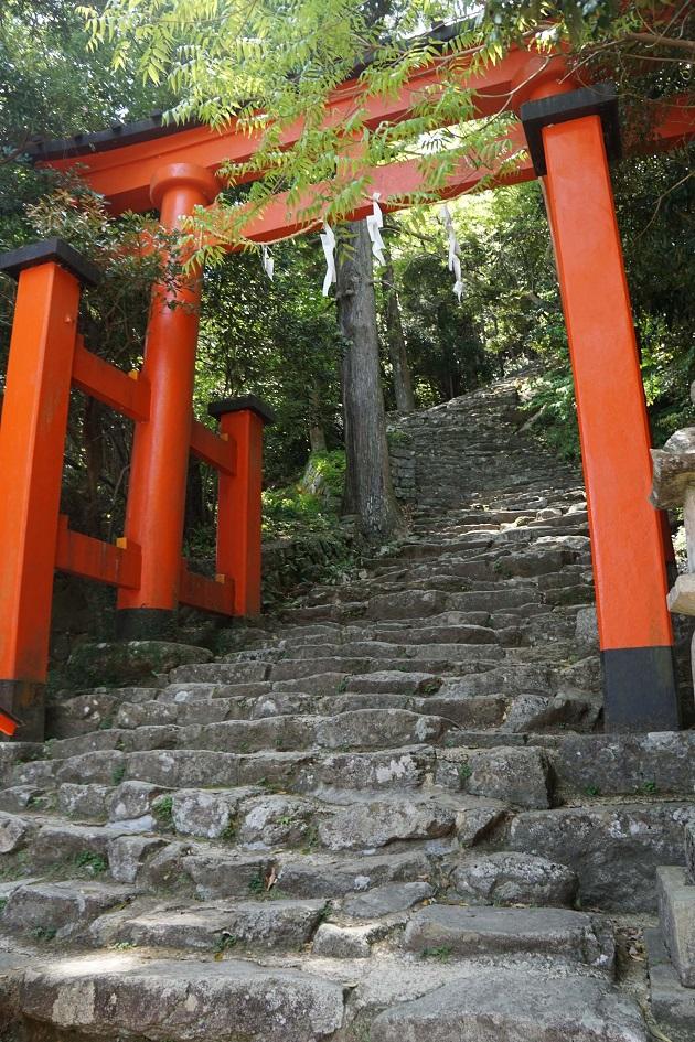神倉神社は御祭神降臨の地。これに対し速玉神社は新宮と呼び、名前の由来にもなった。