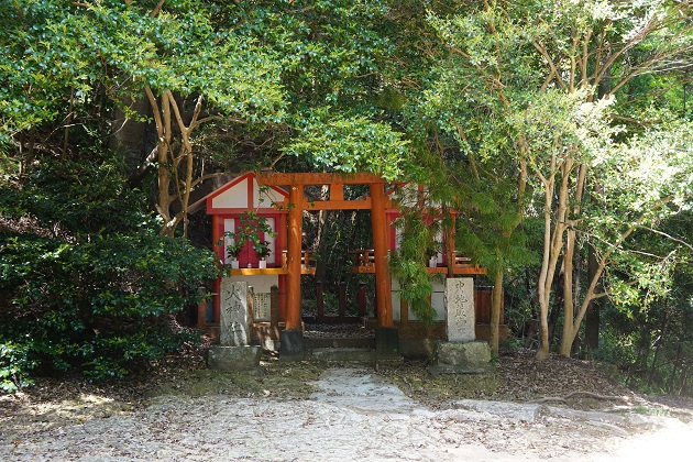 神倉神社の「火神社」と「中ノ地蔵尊」を祭るほこら。