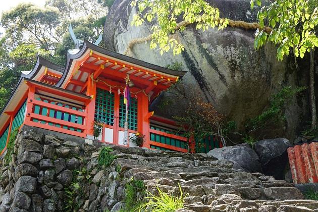 神倉神社のコトビキ岩と拝殿。